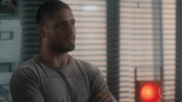 O personagem do ator Daniel Rocha em A Lei do Amor com Agathos